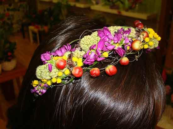 Diademas para novias con flores naturales a 25€. Dilas que vas de parte de AlcorconHoy.