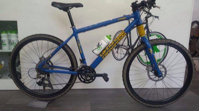 Bici CANNONDALE F700 con cambio xt.9v, frenos hidráulicos juice, amortiguación con bloqueo. Todo por 390€.
