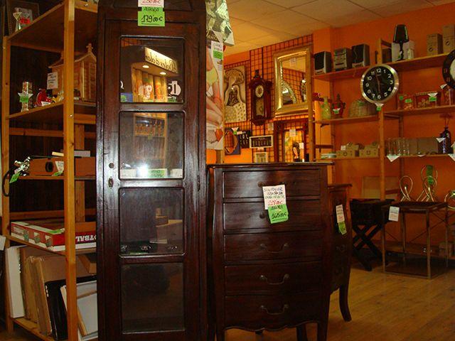 Muebles: Vitrina caoba a 179,00€ y sinfonier a 165,00€.