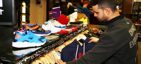 Storm es la tienda para ella y él donde encontrarás calzado deportivo, ropa deportiva moderna, gorras, gorros, mochilas, bolsos, carteras… para que vayas actual y con un estilo fresco, que es lo que diferencia esta tienda de las demás.