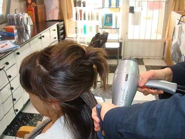 Para chicas, bono especial ceremonias: Con el peinado gratis la manicura.