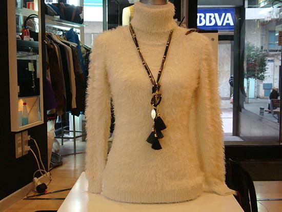 Jersey de pelo con cuello alto en varios colores a 10 €