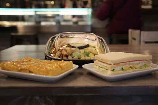 Menú ensalada cena individula para llevar de 18:30 a 21:00: 1 sandwich a elegir + 1 ensalada + porción de tarta manzana o barra de pan por 4,50€. Diles que vas de parte de AlcorconHoy.