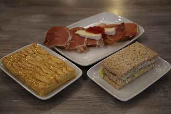 Menú Tosta cena individual para llevar de 18:30 a 21:00: 1 Tosta a elegir jamon, queso, tomate... + 1 sandwich a elegir + porción tarta manzana o barra pan por 4€. Diles que vas de parte de AlcorconHoy.