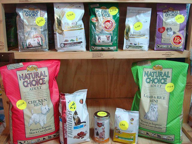 Oferta especial 1er aniversario. Precios especiales en piensos naturales para perros y gatos, busca el punto amarillo en el saco.