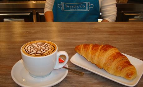 Hasta las 20:30 tómate un café,chocolate ó infusión + bollería por 2,10€ y llévate GRATIS 1 barra de pan para la cena. Diles que vas de parte de AlcorconHoy.