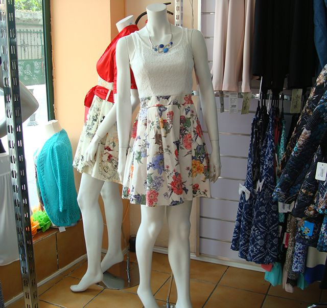 Vestido con tirantes, combinado blonda y estampado, de fabricación nacional a 58€.