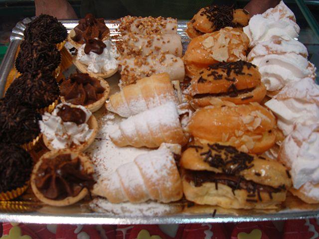 Bandeja de pasteles variados a 9€.