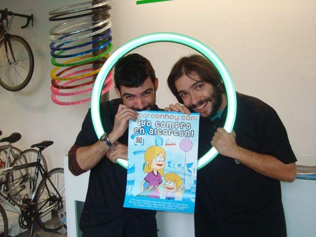 Eduardo y Alfredo de Re-Cycling en C/ Valladolid 1 esq. C/ Mayor apuestan por el aire libre