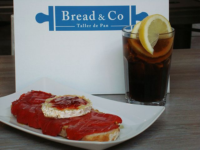 El plan tapeo de Bread & Co Alcorcón te quita la sed con sus tostas artesanales y el refresco o bebida que más te guste