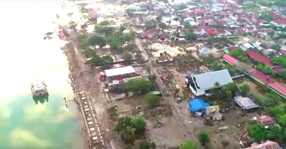 Un vídeo grabado con dron muestra la destrucción del tsunami de Indonesia