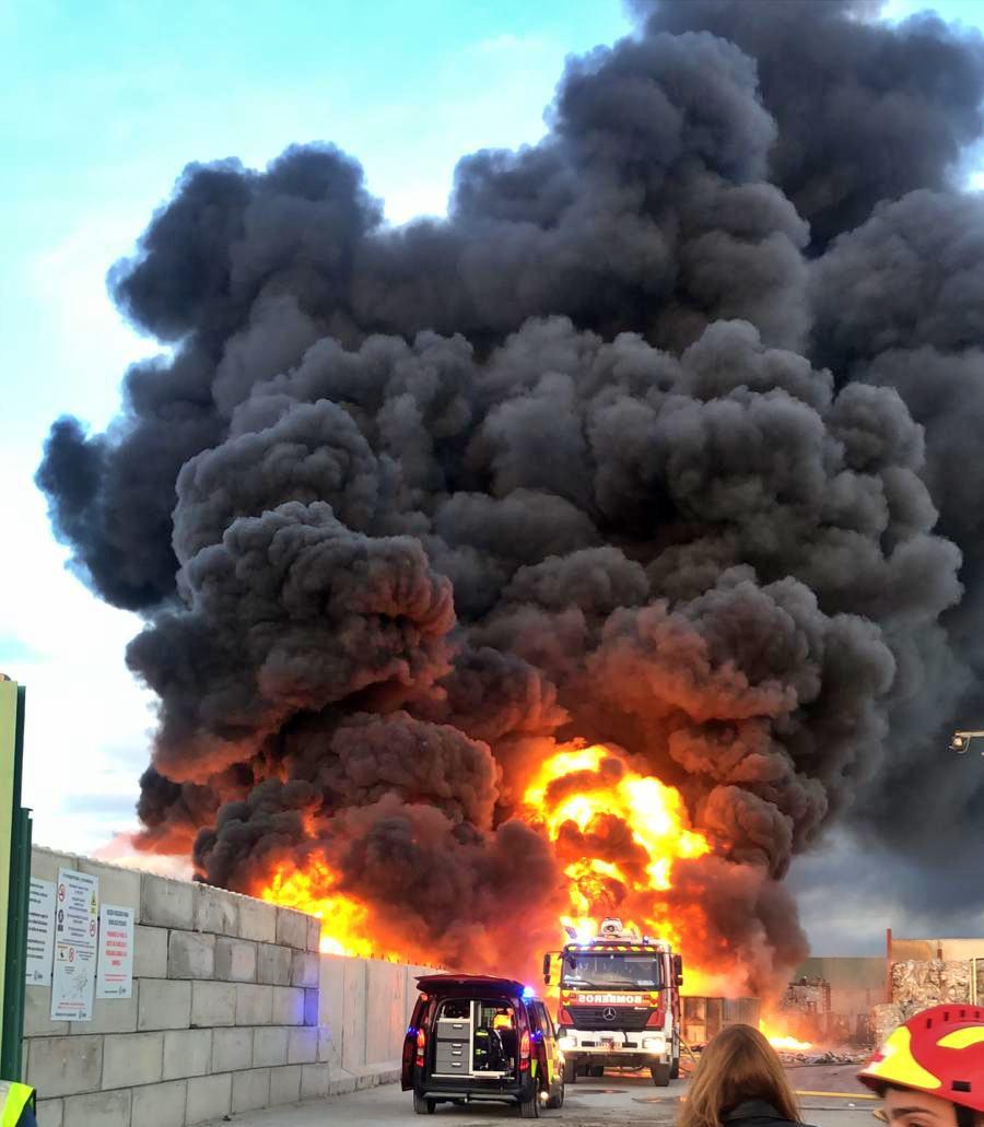 Incendio cerca del centro comercial Tres Aguas