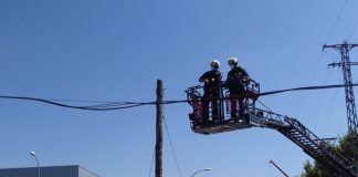 Una grúa derriba varios postes eléctricos en Alcorcón