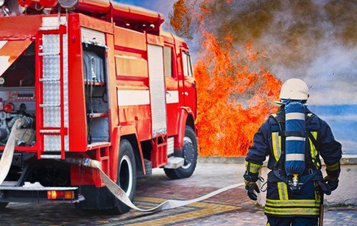 Aparatoso incendio de un coche en una gasolinera de Alcorcón