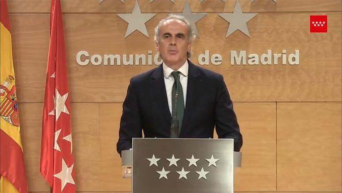 """Son las últimas modificaciones de la Comunidad de Madrid en las medidas contra el COVID-19. Hasta 15 personas en actividades infantiles dirigidas en Alcorcón. Las medidas contra el COVID-19 que promulgan las autoridades van evolucionando en función de las circunstancias. En los últimos días se ha producido una nueva modificación. Se modifica parte de la Orden 668/2020, de 19 de junio, de la Consejería de Sanidad, por la que se establecen las medidas preventivas para hacer frente a la crisis sanitaria ocasionada por el COVID-19. Se modifica, entre otros, el apartado 51 relativo a las """"Medidas y condiciones para el desarrollo de actividades de tiempo libre dirigidas a la población infantil y juvenil"""". Hasta 15 personas en actividades infantiles dirigidas en Alcorcón. Medidas Las modificaciones implementadas son: 1. Podrán realizarse actividades de tiempo libre destinadas a la población infantil y juvenil, tanto al aire libre como de interior, siempre que no se supere el cincuenta por ciento del aforo máximo permitido de la instalación en espacios interiores y el sesenta por ciento en espacios exteriores, con un límite máximo de participantes de ciento cincuenta personas incluyendo los monitores. 2. El desarrollo de las actividades se deberá organizar en grupos de hasta un máximo de quince personas, sin incluir el monitor. Cada grupo tendrá asignado, al menos, un monitor que se relacionará siempre con su mismo grupo, con excepción de aquellas actividades que puedan requerir algún monitor especializado, que siempre deberá ser la misma persona por cada grupo. También hacen referencia a la formación 3. Se podrán impartir a distancia hasta un máximo de 100 horas y 135 horas, respectivamente, de los módulos teóricos de los cursos de monitores de tiempo libre y coordinadores de actividades de tiempo libre regulados en la Orden 2245/1998, de 24 de septiembre, de la Consejería de Educación y Cultura, sobre programas para la formación de escuelas de animación infantil y juvenil"""