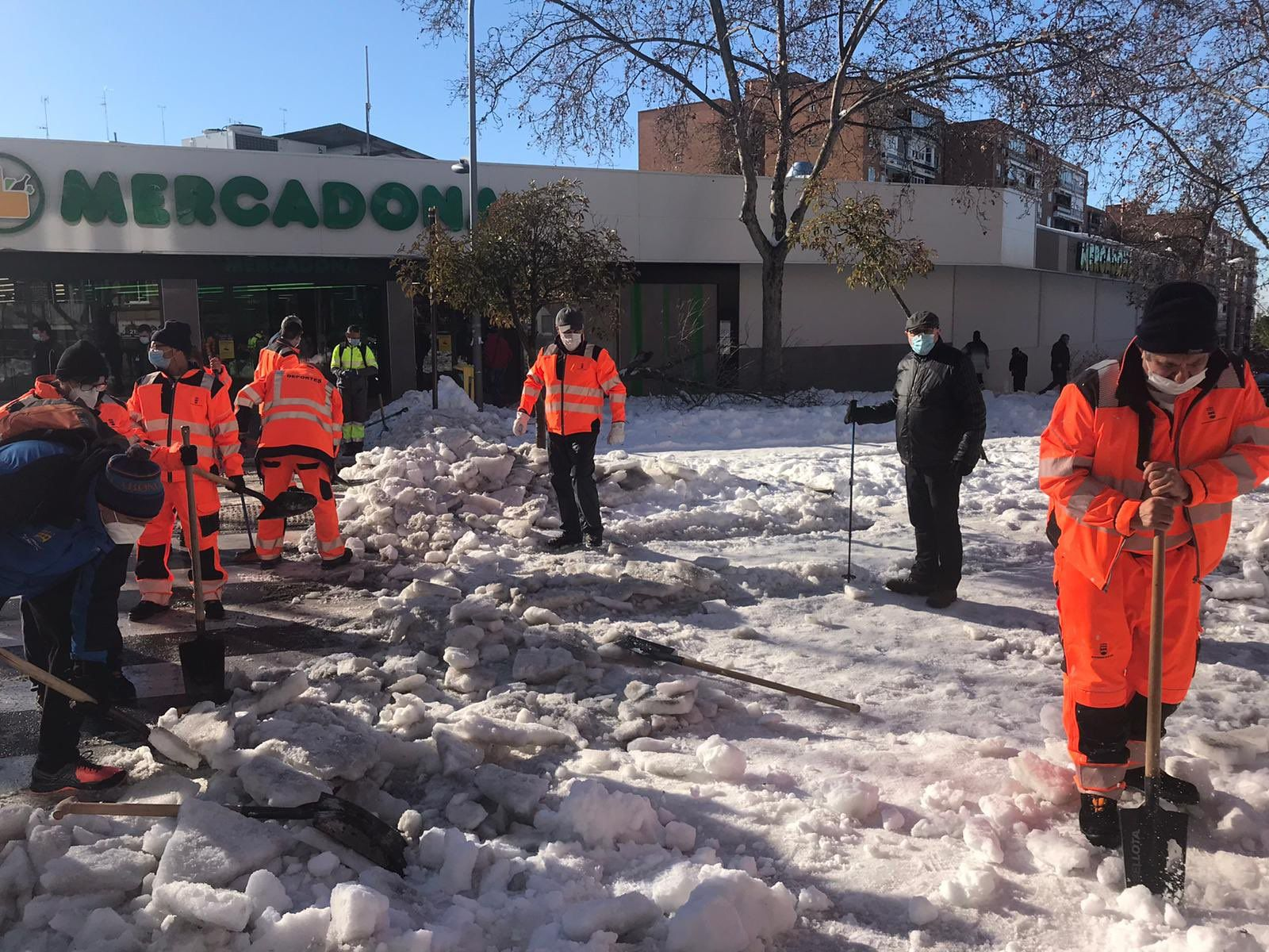 Alcorcón trabajando sin descanso ante la nieve y el hielo