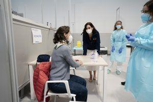 Empiezan a vacunar a mayores de 80 años, profesores, policías, bomberos y personal de protección civil de Alcorcón