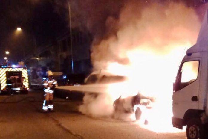 Aparatoso incendio de varios vehículos en Alcorcón