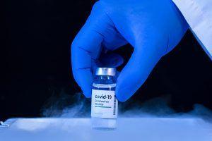 Empiezan a vacunar del Covid-19 a las personas de 60 a 65 años y de 77 a 79 en Alcorcón