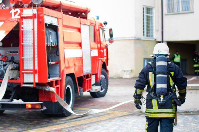 La Policía muestra como se apaga el incendio de un coche en Alcorcón