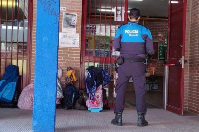 Un profesor apaga un incendio en un colegio de Alcorcón