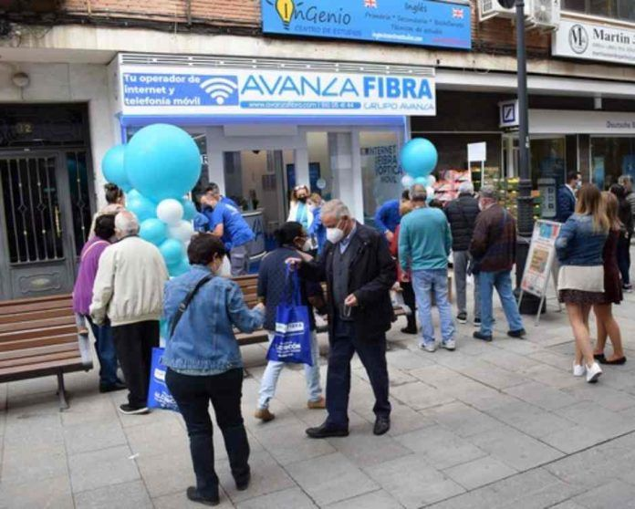 Avanza Fibra regala 4.000 kilos de naranjas y limones en la apertura de su nueva tienda en Alcorcón