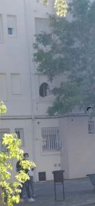 Unos okupas rompen un muro y entran en una vivienda de Alcorcón