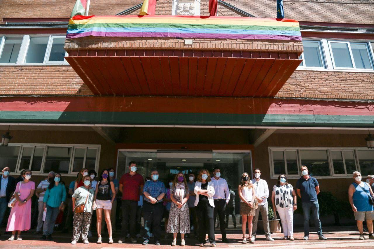 """'Alcorcón, orgullo de ciudad', con este lema Alcorcón está celebrando la semana del Orgullo LGTBI 2021. El primer acto que iniciaba las iniciativas y actividades de la semana del Orgullo era, precisamente, el izado de la bandera arco iris en el Ayuntamiento de Alcorcón. La cita fue el lunes 28 de junio a las 21:00 horas. Un acto que contó con la presencia del Gobierno municipal, liderado por la alcaldesa Natalia de Andrés, y el líder y diputado de Unidas Podemos en la Asamblea de Madrid, Jesús Santos. Vox Alcorcón llevará a los juzgados el izado de la bandera arco iris. En las redes sociales, y tras el izado, Raquel Rodríguez Concejala de Feminismo y LGTBI explicaba lo que supone la bandera arco iris En redes sociales, y tras el izado de la bandera, el Portavoz de Vox Alcorcón, Pedro Moreno Gómez ya ha manifestado que llevará al juzgado al Gobierno Municipal por incumplir una sentencia del Tribunal Supremo. En la cuenta del Grupo Municipal de Vox en el Ayuntamiento de Madrid también se han pronunciado sobre el izado de la bandera arco iris en edificios municipales """"Una sentencia del Tribunal Supremo obliga a la objetividad y neutralidad de los edificios municipales, en los que solo deben ondear las banderas oficiales"""". La actualidad de Alcorcón en alcorconhoy.com"""