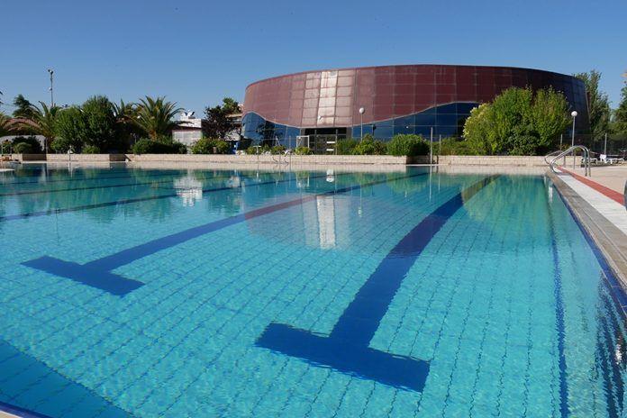 Enormes colas para bañarse en la piscina de La Canaleja de Alcorcón