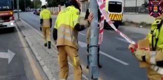 Intervención de los Bomberos de Alcorcón tras un golpe de un tráiler contra una farola