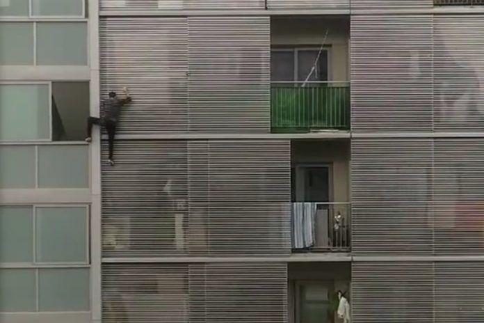 El peligroso y recurrente balconing de un vecino de Alcorcón