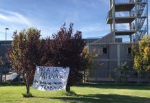 Los Bomberos de Alcorcón colocan pancartas contra la nueva antena telefónica