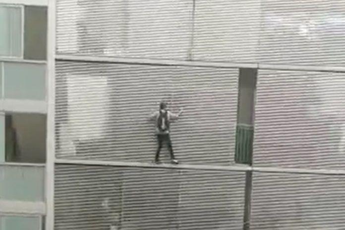 El espeluznante vídeo de un hombre trepando por un balcón en Alcorcón