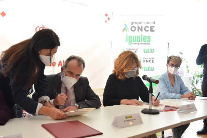 El Ayuntamiento de Alcorcón y la ONCE firman un acuerdo en favor de personas con discapacidad